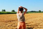 довольно молодая женщина в полях — Стоковое фото