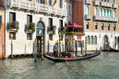 Gondolier ferrying a passenger along the Grand Canal — Stock fotografie
