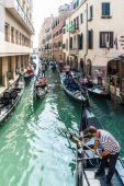 Gondoliers ferrying passengers in Venice — Stock Photo