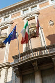Flags flying on a building in Venice — Stock fotografie