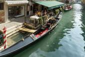 Restaurant alongside a canal in Venice — Stockfoto