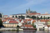 View from Charles Bridge towards the St Vitus Cathedral  in Prag — Stock Photo