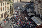 People waiting for the Astronomical Clock in Prague — Stock Photo