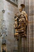Gold statue of a bishop in St Vitus Cathedral in Prague — Stock Photo