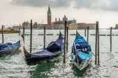 Gondolas moored at the entrance to the Grand Canal — Stock Photo