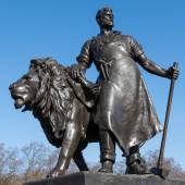 Statue of a man with lion at the Victoria Memorial outside Bucki — Stockfoto