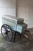 The Mill Bakery's old  handcart in Rye East Sussex — Stock Photo