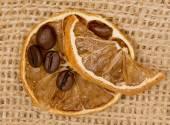 Limões e grãos de café — Foto Stock