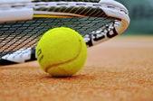 Pelota y raqueta de tenis — Foto de Stock