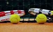 Rakiety tenisowe i piłki — Zdjęcie stockowe