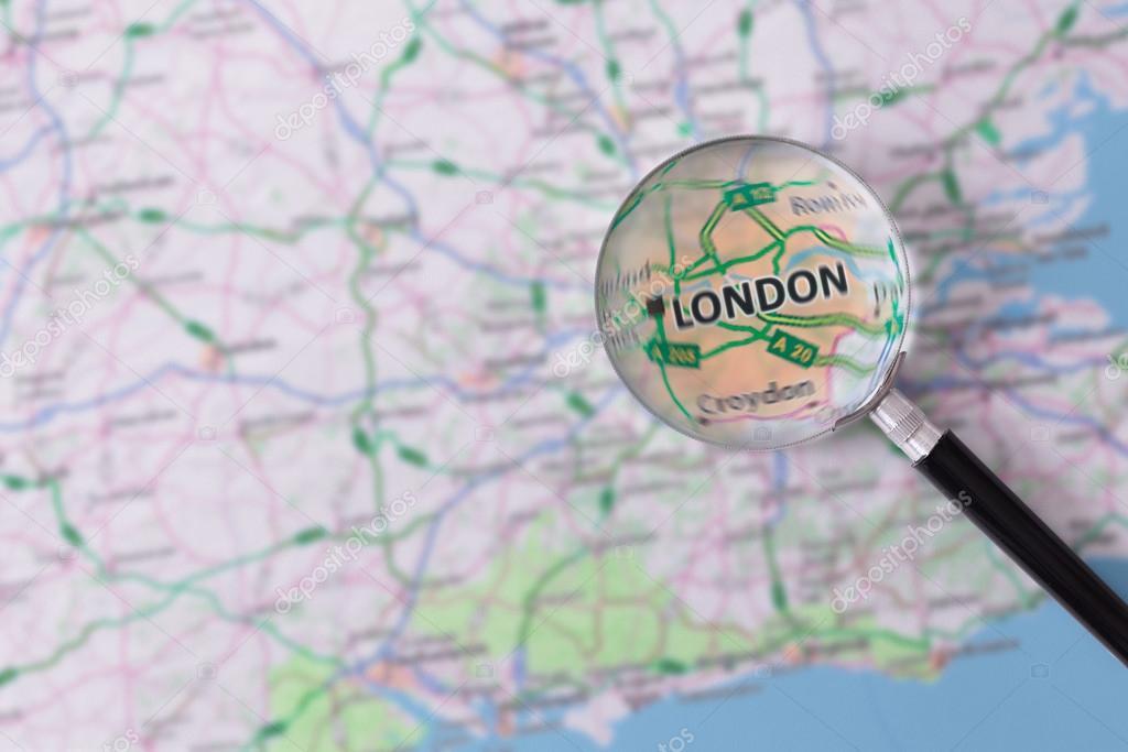 Consultazione con lente di ingrandimento mappa di londra - Specchio con lente di ingrandimento ...