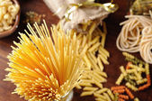 Spaghetti top view with different kinds of pasta background — Stock Photo