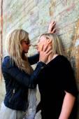 Mujeres que coquetean — Foto de Stock