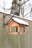 挂喂鸟器在冬天被冰雪覆盖. — 图库照片