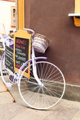Elegant glamour purple retro bicycle - menu. Outdoors. — Fotografia Stock