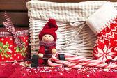 Weihnachten dekorativen hölzernen puppe mit geschenk-box und xmas-socke. — Stockfoto
