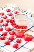 Valentine's day cup of coffee with heart shaped sweet chocolates — Foto de Stock