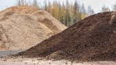 Biomass peat and woodchips ready to be used for heating at a biobased energy plant — Stock Photo