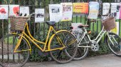 CAMBRIDGE, ENGLAND, UK - OCTOBER 21, 2014: Bicycles and posters in Cambridge UK — Stock Photo