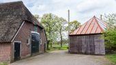 Oude boerderij met reed dak en schuur in Nederland — Stockfoto