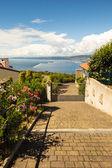 Brama luksusowy dom patrząc na zatoce — Zdjęcie stockowe