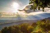 Puesta del sol entre las nubes en la campiña italiana — Foto de Stock