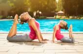 母亲和女儿做户外运动 — 图库照片