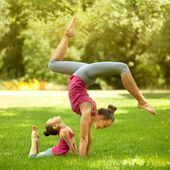 Mother and daughter doing exercise outdoors. Healthy lifestyle — Zdjęcie stockowe