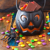 Halloween Sweets chocolate candy in pumpkin bowl, spide — Foto Stock