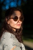 Beautiful girl in sunglasses in the park — Stock Photo