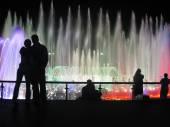 Couples admire the fountain.  — Stock Photo