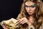 Soothsayer holding skull — Stock Photo