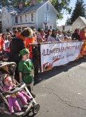 People in costumes walking in the Halloween Happyfest Parade in Warrenton, Virginia. — Stockfoto