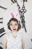 Junge Frau gekleidet als das weißen Kaninchen — Stockfoto