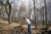 Man buring brush — Stock Photo