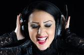 Szczęśliwa dziewczyna ze słuchawkami — Zdjęcie stockowe