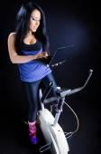 Wahrnehmung auf Fahrrad, arbeiten am Laptop — Stockfoto