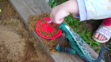 A child playing in the sandbox — Stock Video