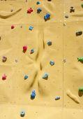 Klättring håller på en konstgjord klättervägg — Stockfoto