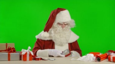 Santa Claus is Trying to Wrap a Gift — Stock Video