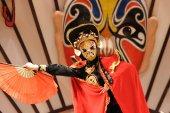 Čínský umělec vykonávat tradiční měnící se tvář umění v s '-čchuan — Stock fotografie