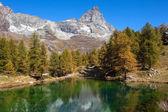 Lake blå över Breuil-Cervinia vid foten av Matterhorn — Stockfoto