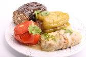 Listy zelí rajčata plněná lilkem pepř mletý maso s rýží a zelená na bílém pozadí — Stock fotografie