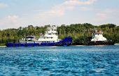 Nákladní lodě na řece letní — Stock fotografie