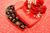 Valentine's Candy with Red Roses — Stockfoto