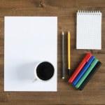 чистый лист бумаги, цветные маркеры, карандаши и чашкой кофе — Стоковое фото #52492471