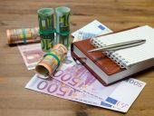 Money, pen and calculator — Stock Photo