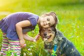 Dziewczyna z psem — Zdjęcie stockowe