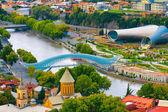 Beautiful view of Kura river and Bridge of Peace in Tbilisi — Stockfoto