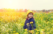Girl walking on rape field — Photo